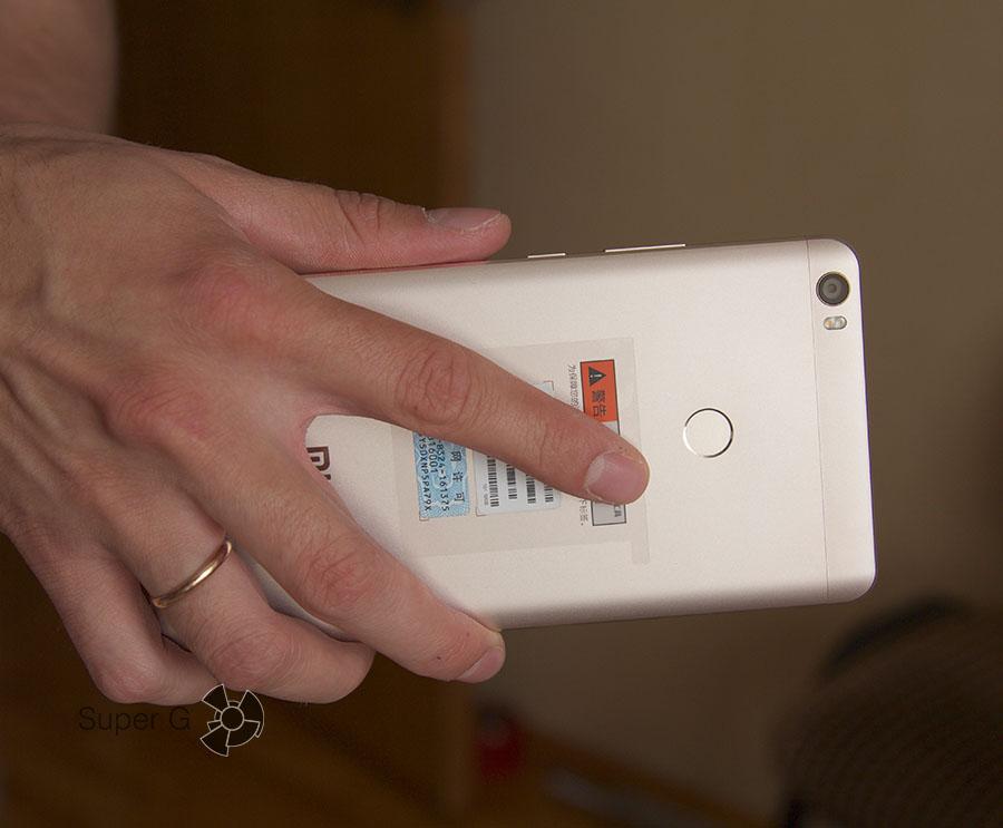 До сканера отпечатков пальцев сложно дотянуться