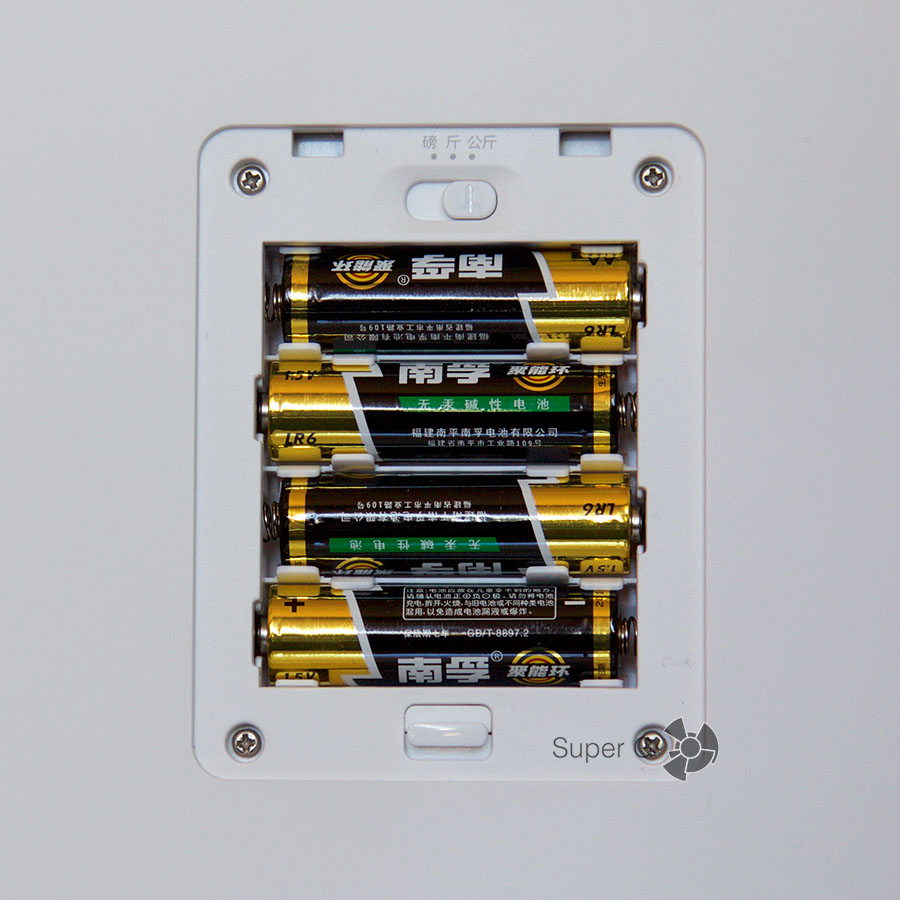 Xiaomi Mi Smart Scale питается от четырех АА батареек