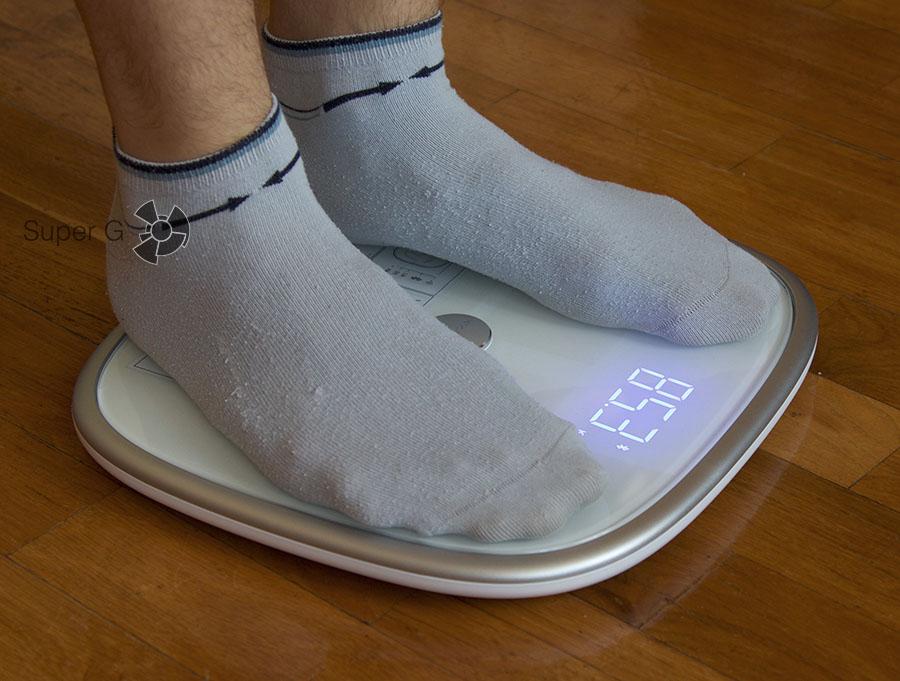Для Xiaomi Mi Smart Scale не принципиально босиком или в носках вставать на весы