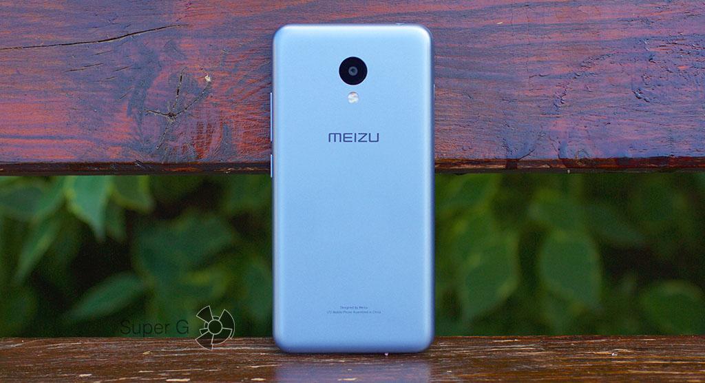 Задняя сторона Meizu M3 mini выполнена из пластика, как и весь корпус