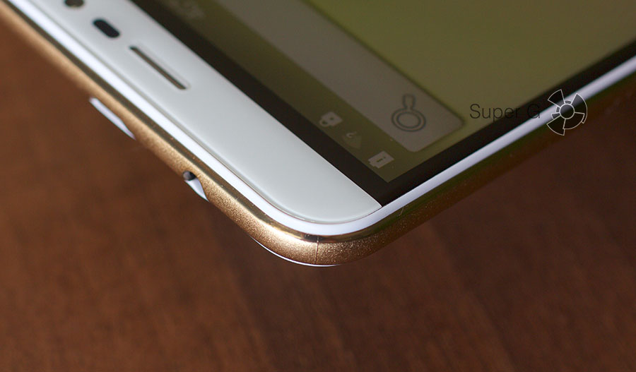 Позолоченный бортик, проходящий по периметру смартфона