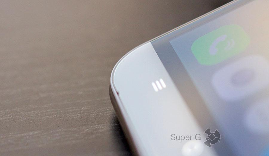 Микрофон торчит прямо на передней панели смартфона