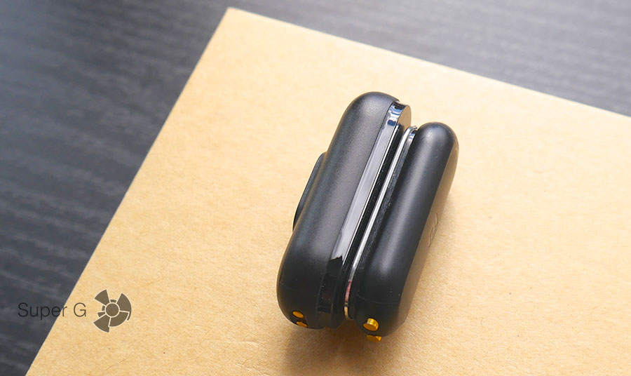 Слева фитнес-трекер Xiaomi Mi Band 2, справа первое поколение