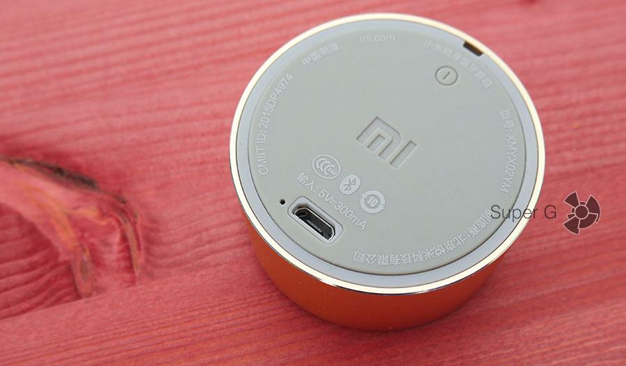 Разъемы Xiaomi Mi Portable Bluetooth Speaker и светодиод рядом