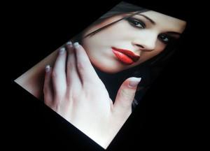 Фото дисплея LG X Cam под углом по диагонали (1)