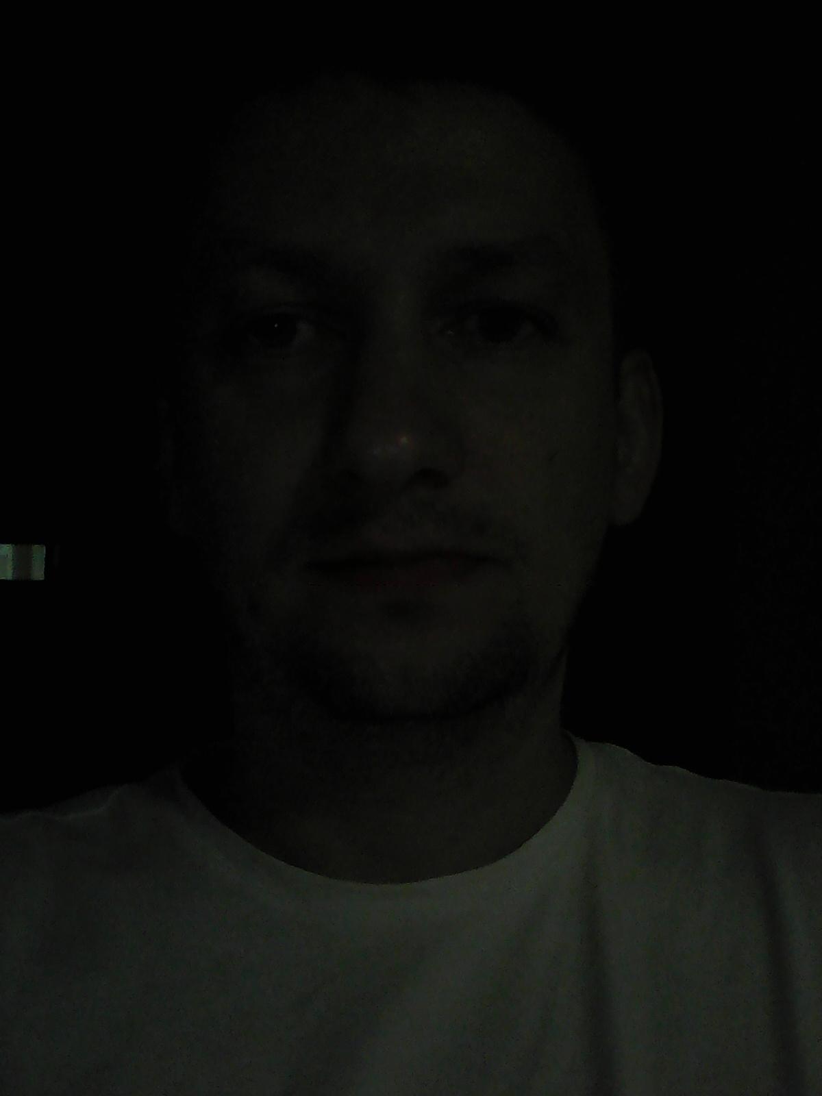 Съемка фронтальной камеры в полумраке помещения