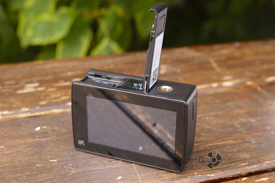 Снизу Yi 4K Action Camera есть отсек для батареи и карты памяти Micro SD