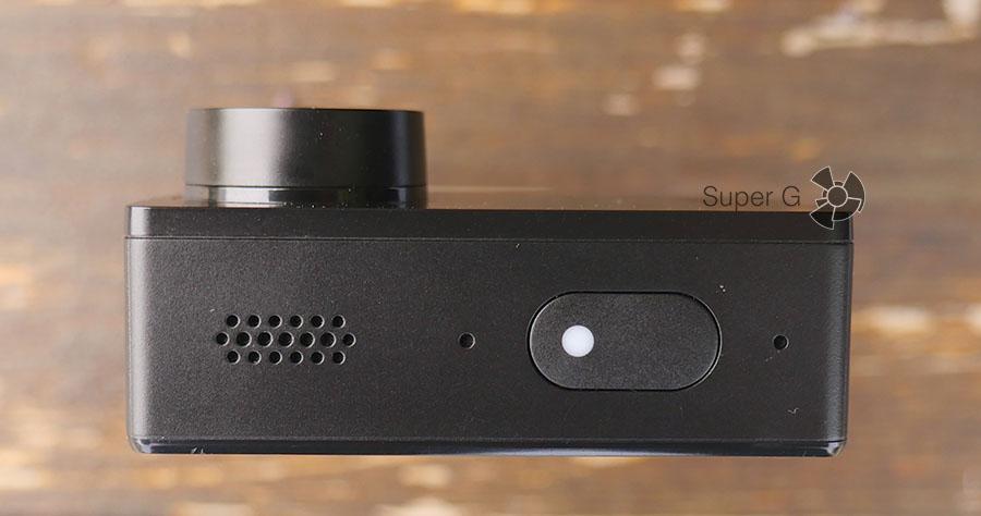 Динамик, микрофон и большая кнопка включения экшн-камеры