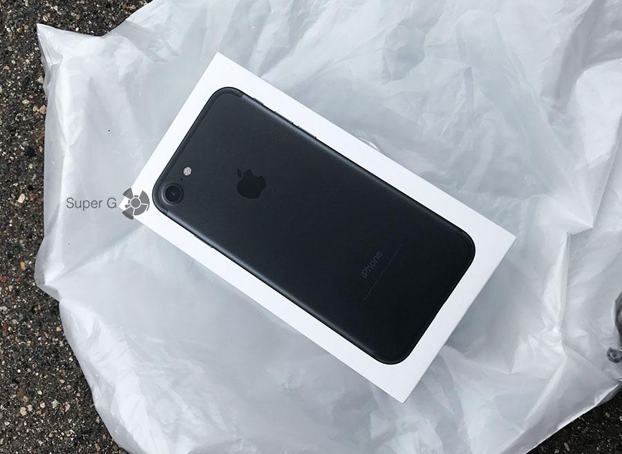 Фирменный пакет из Apple Store с iPhone 7 внутри 2