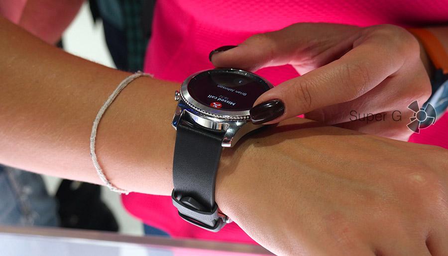 Управлять часами Samsung Gear S3 можно просто прокручивая безель