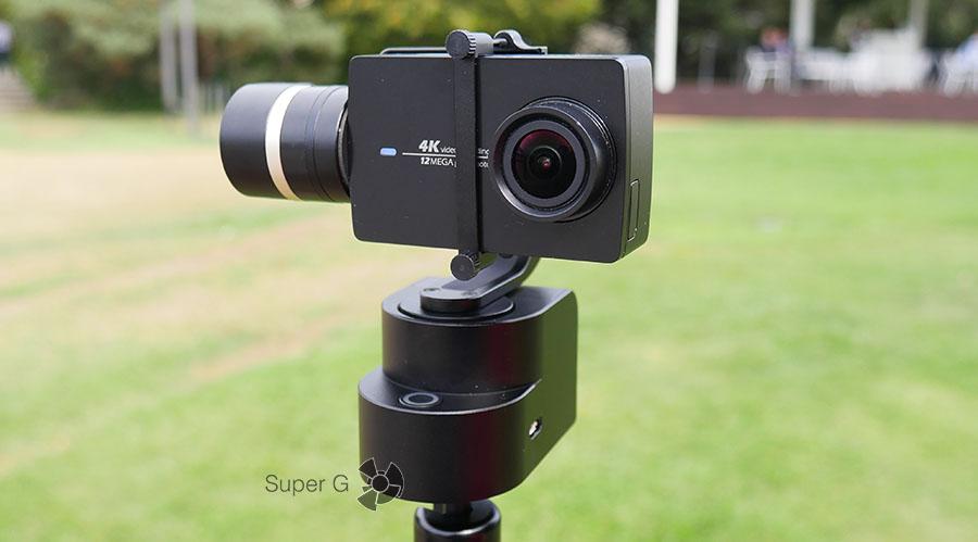 Yi 4K Action Camera закреплена на стабе Yi Handheld Gimbal