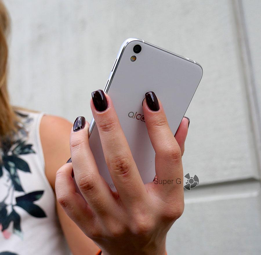 Чтобы достать сканер отпечатков пальцев, приходится неудобно сгибать палец