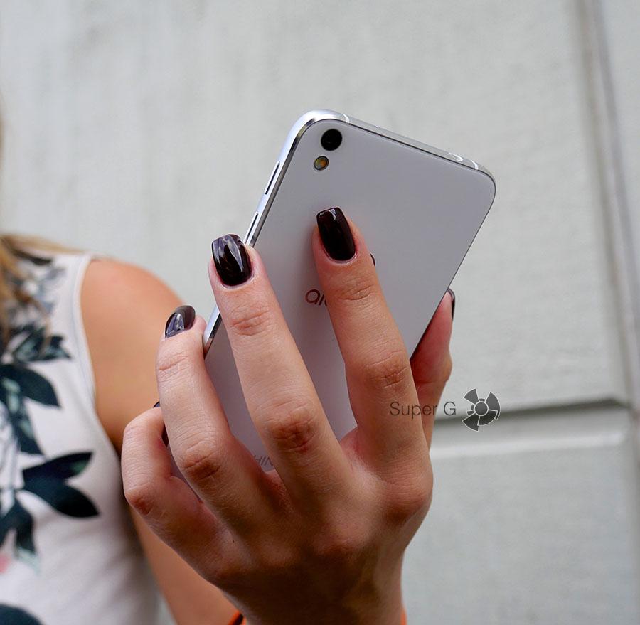Указательный палец удобно лежит на спинке смартфона