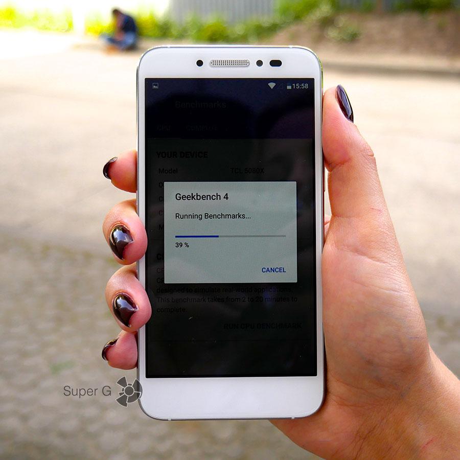 Большой палец тянется к кнопке включения смартфона