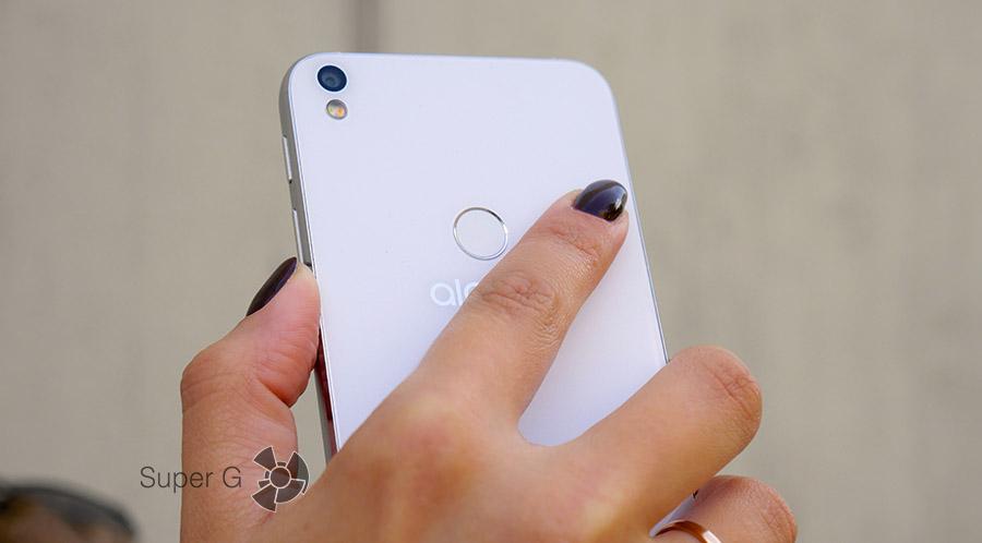 На задней спинке Alcatel Shine Lite находится сканер отпечатков пальцев
