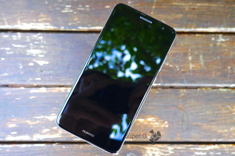 Защитное стекло Huawei Nova Plus имеет олеофобное покрытие