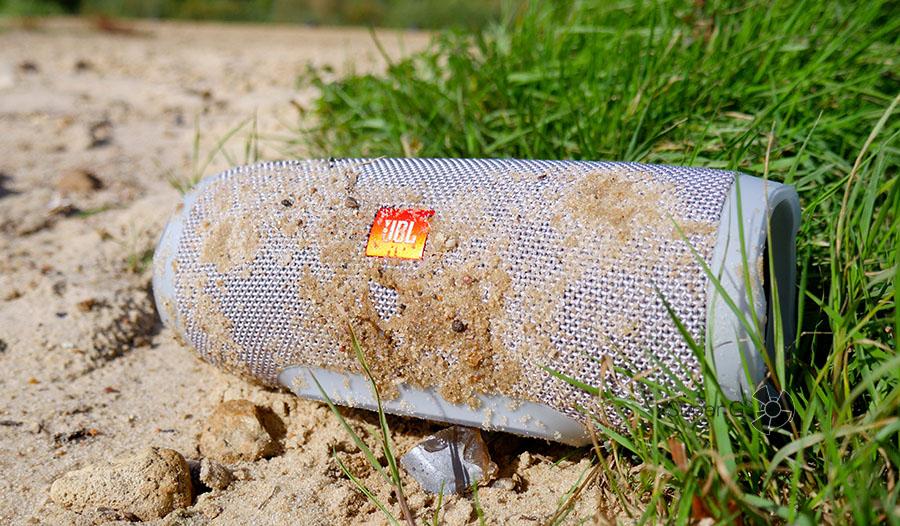 JBL Charge 3 имеет защиту от влаги и, как показали тесты, от мокрого песка