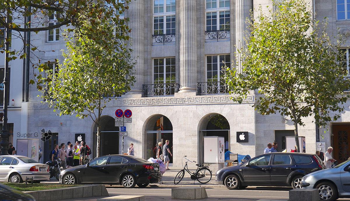Площадка перед берлинским Apple Store опустела