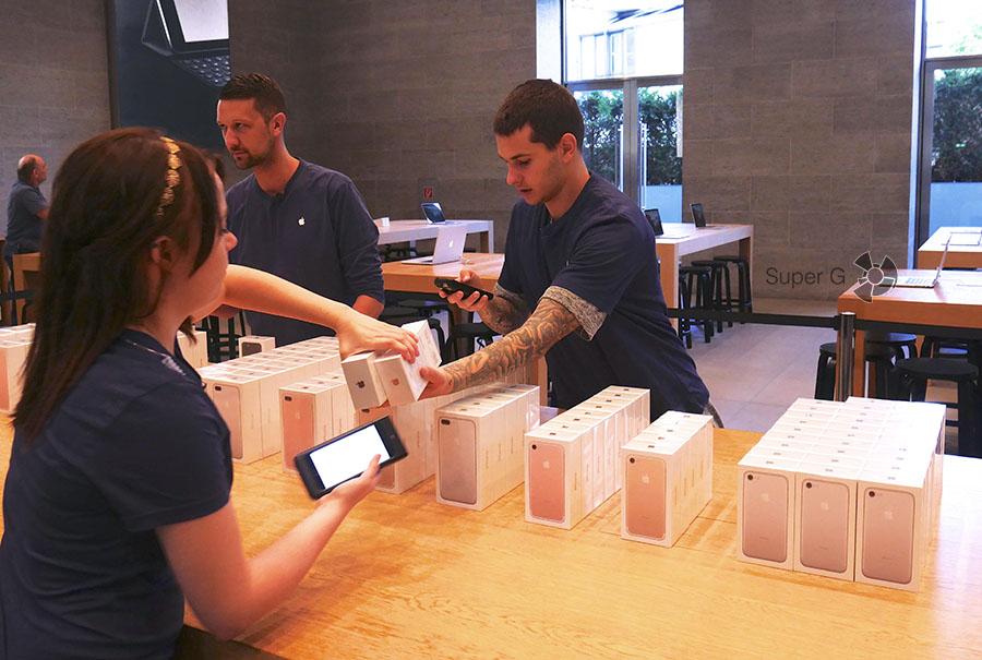 Сотрудники Apple Store продают iPhone 7