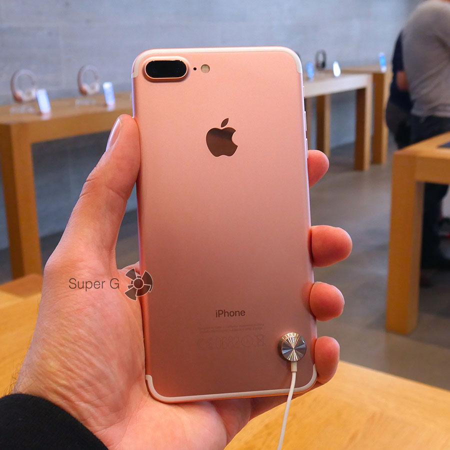 iPhone 7 Plus в руке