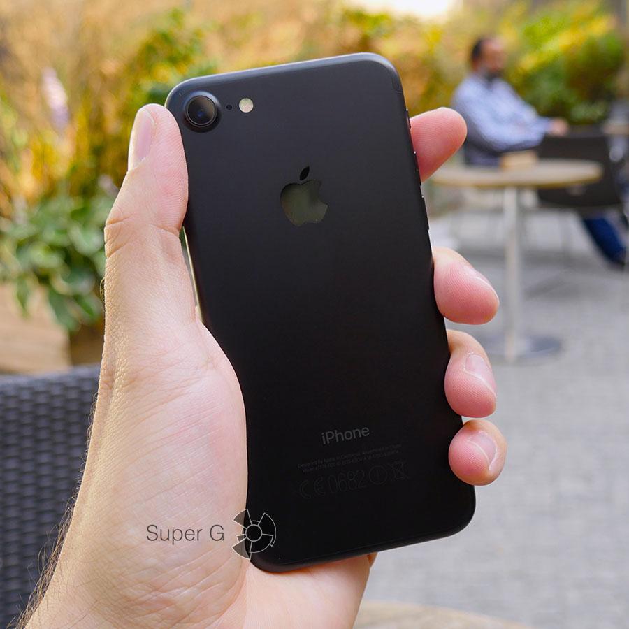 iPhone 7 в руке