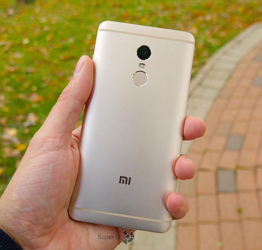 Xiaomi Redmi Note 4 лежит в руке