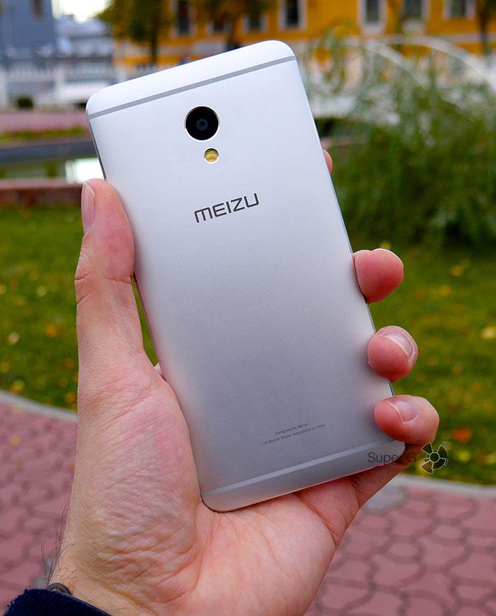 Meizu M3E в руке