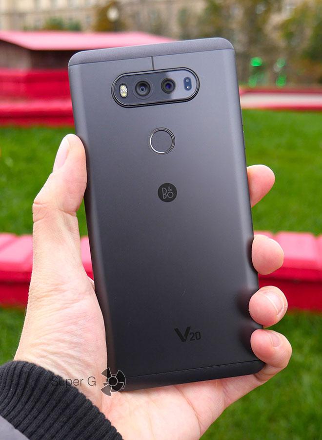 LG V20 в руке