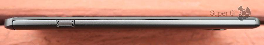 Кнопка, при помощи которой извлекается аккумулятор LG V20