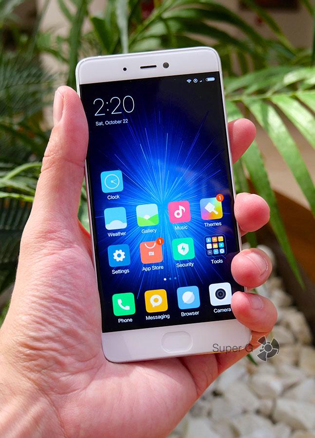 Xiaomi Mi5S в руке (вид спереди)