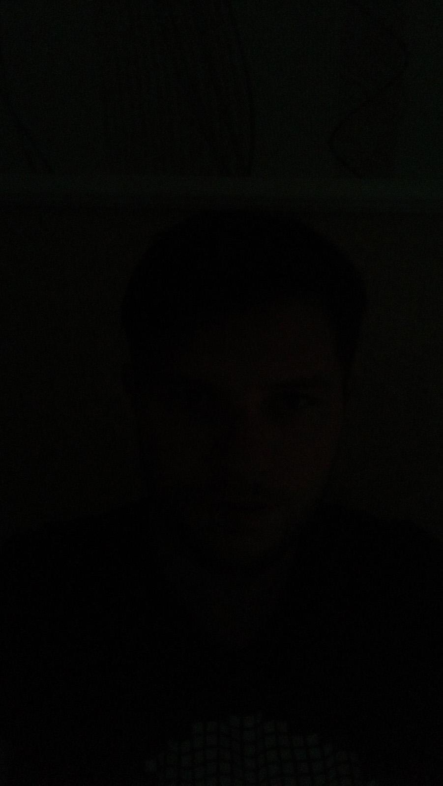 Снимок на фронтальную камеру практически в полной темноте