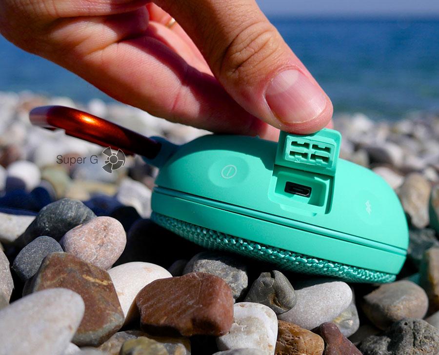Разъём для зарядки Micro USB глубоко утоплен в корпус колонки и не промокнет