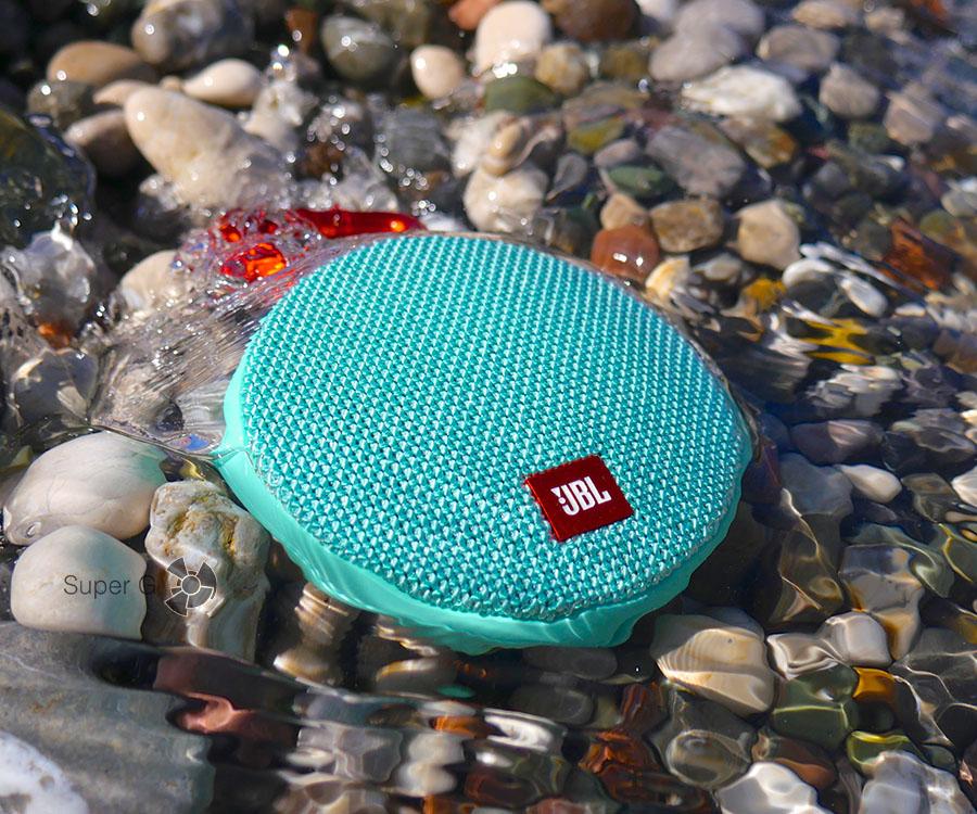 JBL Clip 2 не боится даже морской воды, но лучше не злоупотреблять