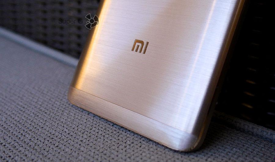 Xiaomi Mi5S Plus имеет металлический корпус с интересным рисунком