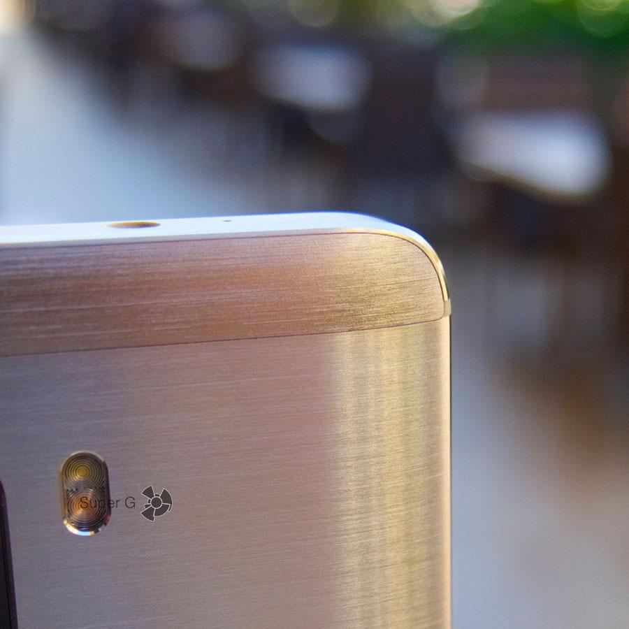 Пластиковая вставка под антенну на верхнем торце смартфона