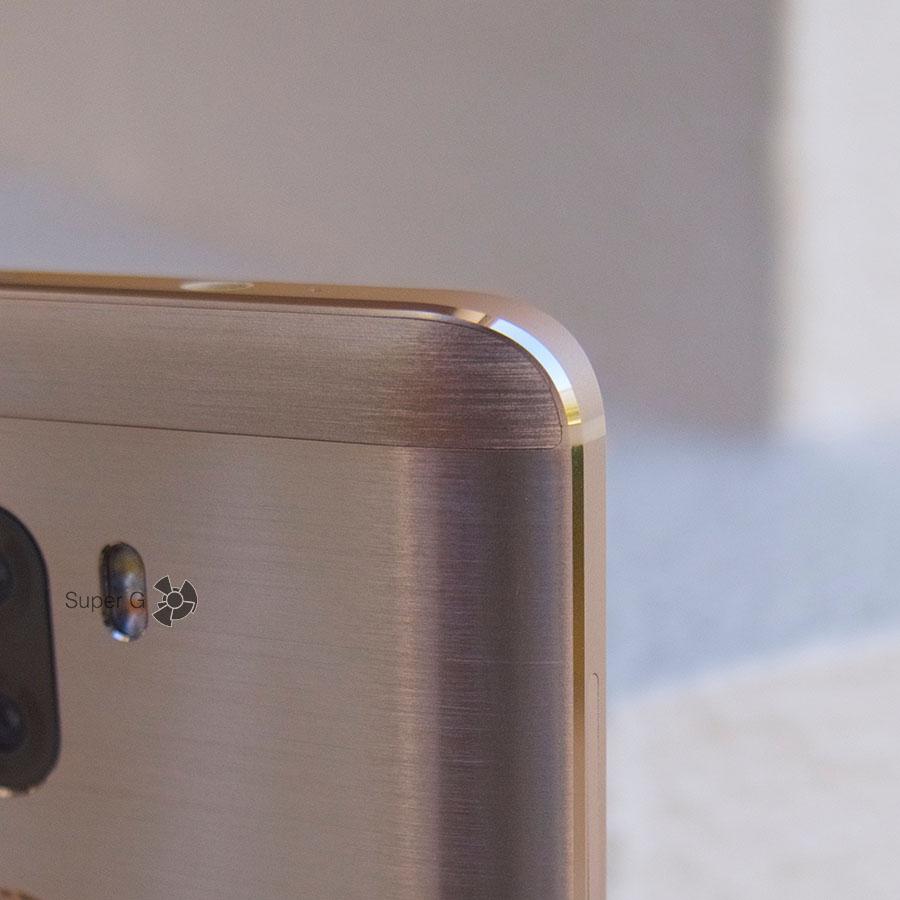 На задней стороне сверху и снизу есть пластиковые вставки под антенны Xiaomi Mi5S Plus