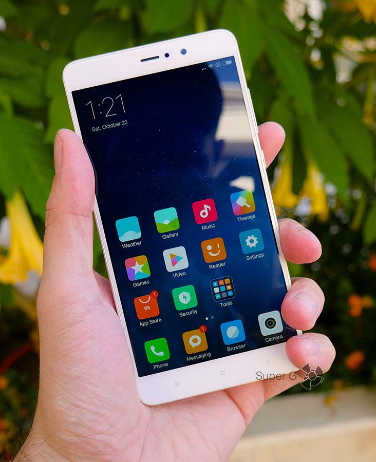 Xiaomi Mi5S Plus в руке (вид спереди)