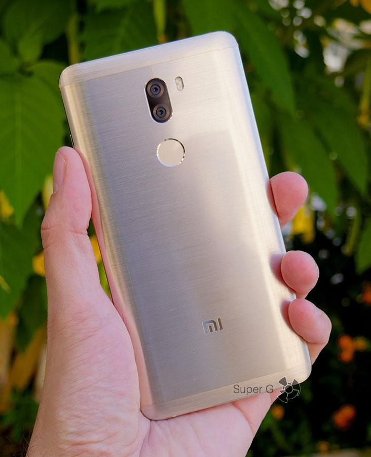 Xiaomi Mi5S Plus в руке (вид сзади)