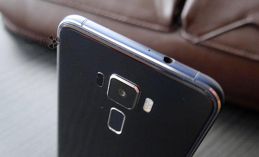 Задняя камера в Asus Zenfone 3 слегка выпирает над корпусом, но защищена сапфировым стеклом