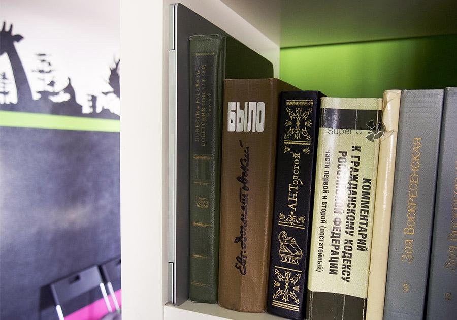 Xiaomi Mi Book Air 12.5 на полке среди книг