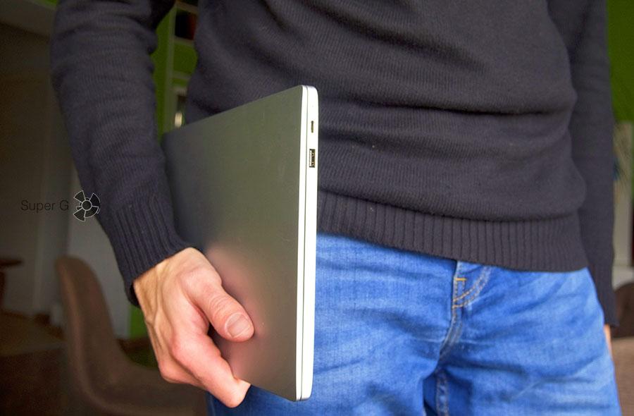 Xiaomi Mi Book Air 12.5 легко носить с собой