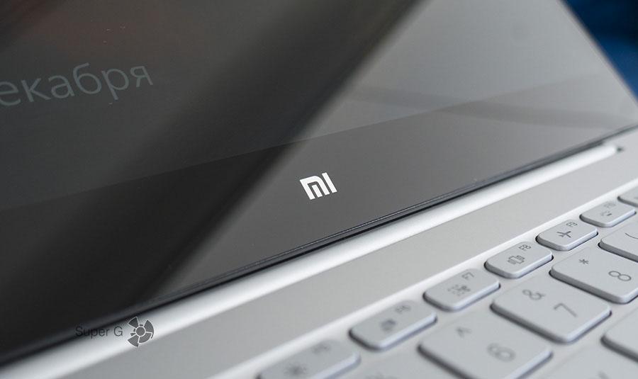 Фирменное лого Mi под дисплеем