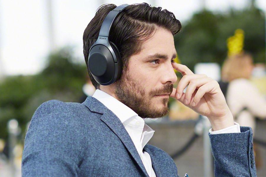Крутой мужик в наушниках Sony MDR-1000X