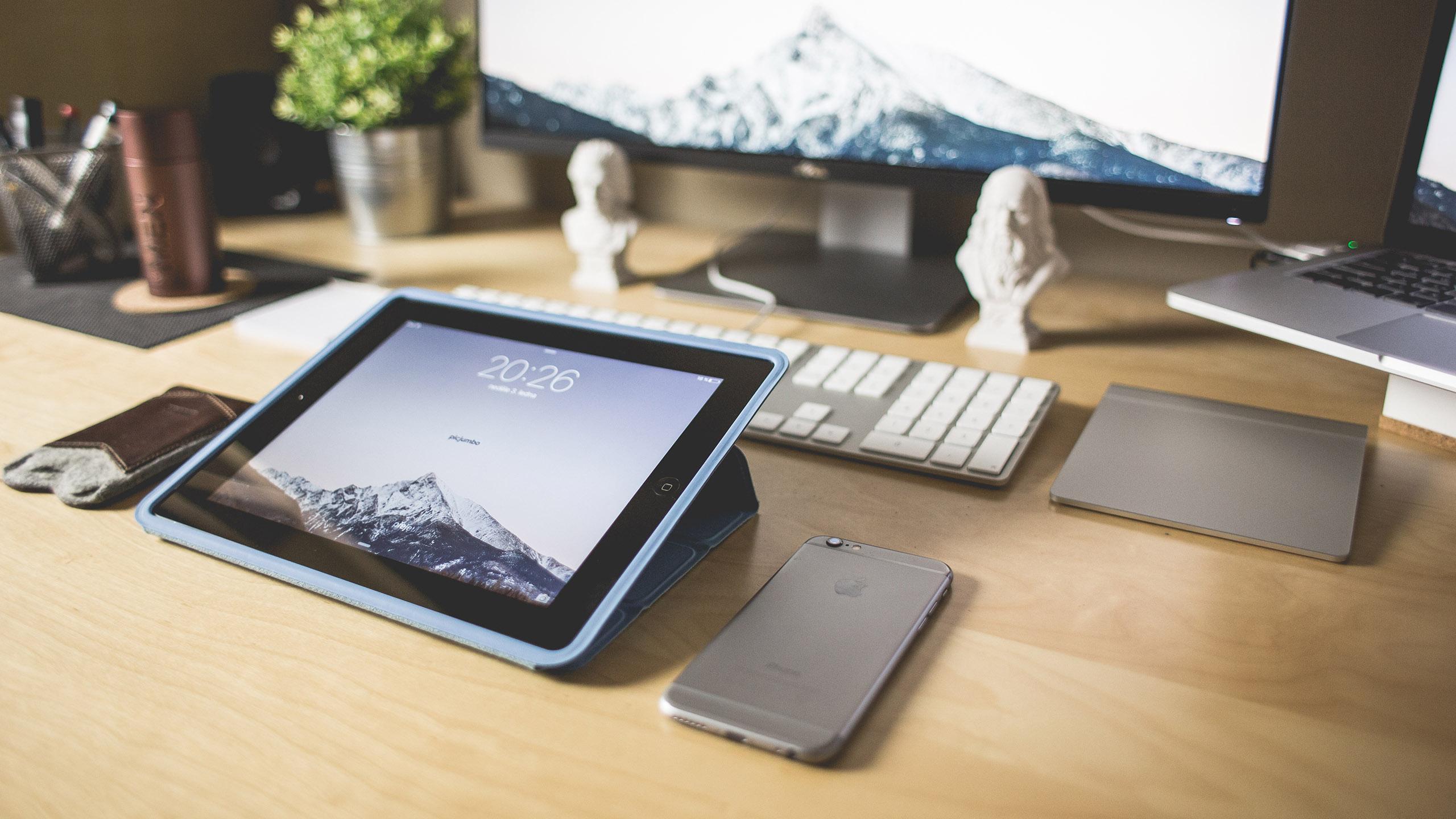 Рабочее пространство с iPad и iPhone