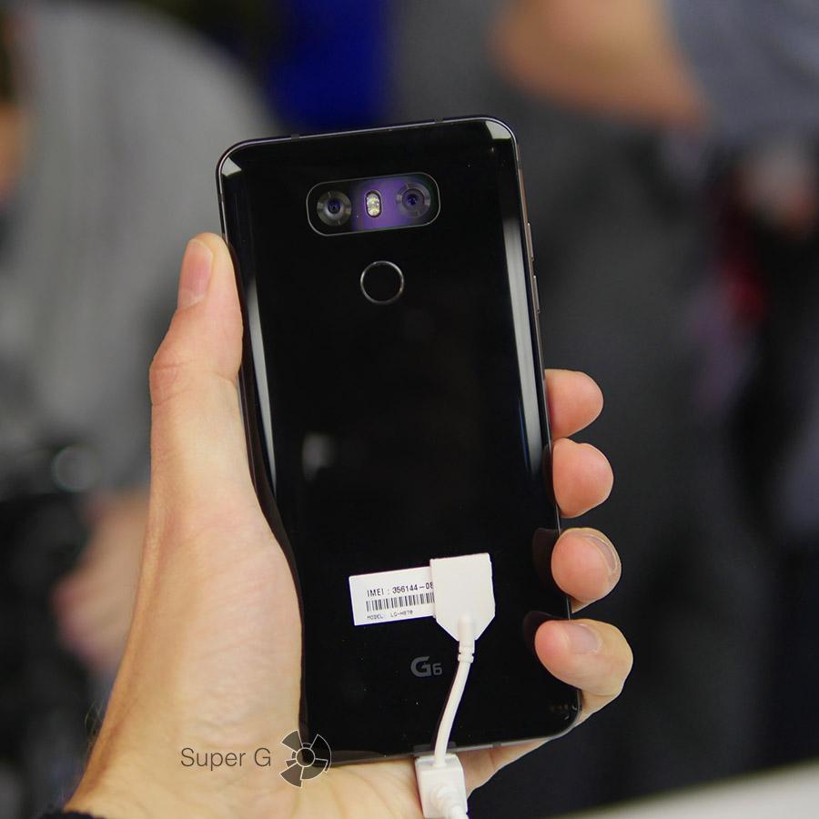Черный смартфон LG G6 в руке