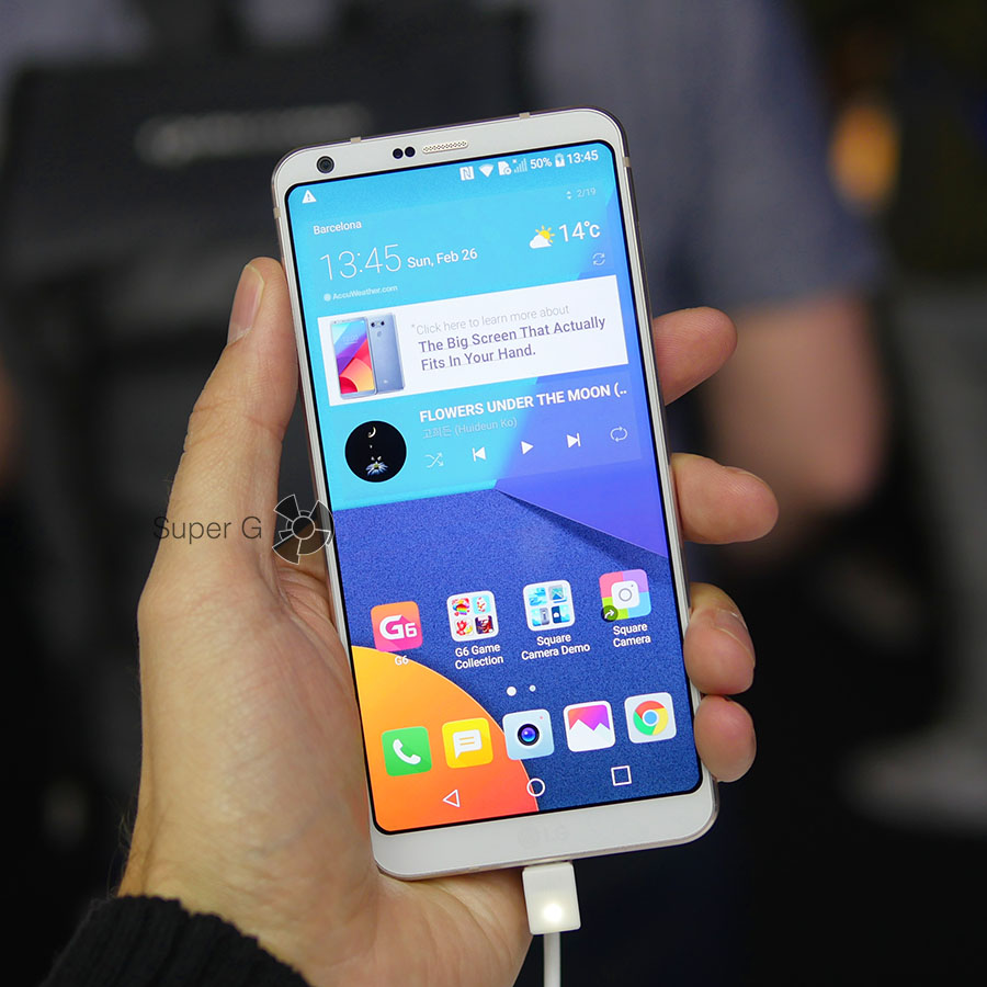 Белый LG G6 в руке