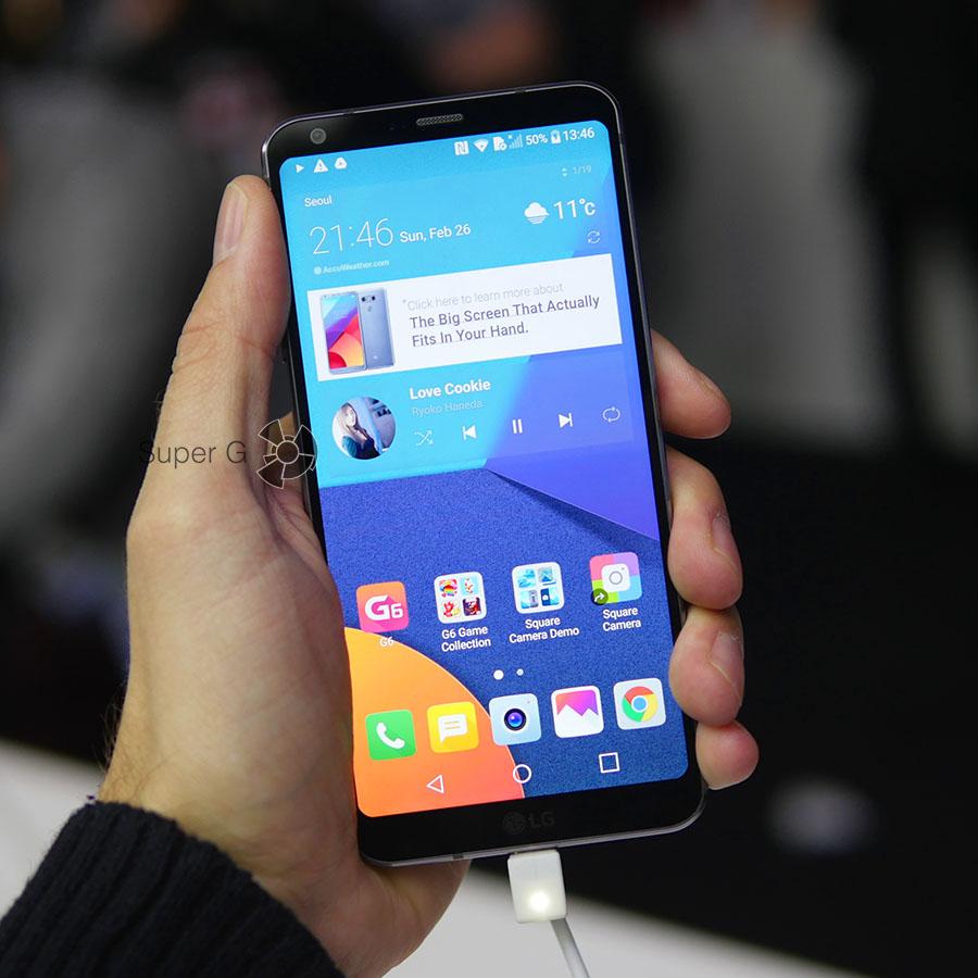 Черный LG G6 в руке