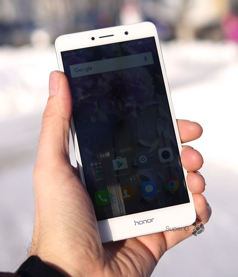 Honor 6X в руке (поведение экрана на солнце)