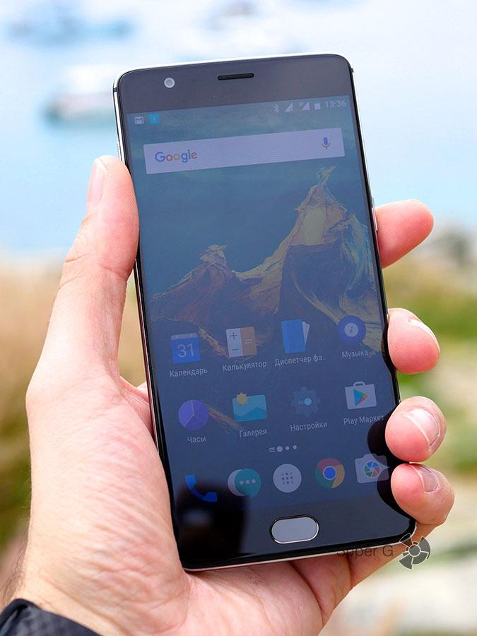 OnePlus 3T в руке (вид спереди)