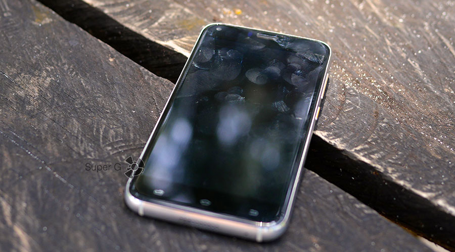 Экран UMi Diamond легко собирает отпечатки пальцев
